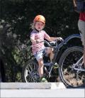 ბრედ პიტისა და ანჯელინას შვილები ველოსიპედებით სეირნობისას
