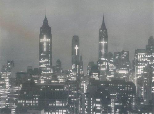 ნიუ-იორკი სააღდგომოდ,შენობებზე გიგანტური ჯვრებით-1956 წელი