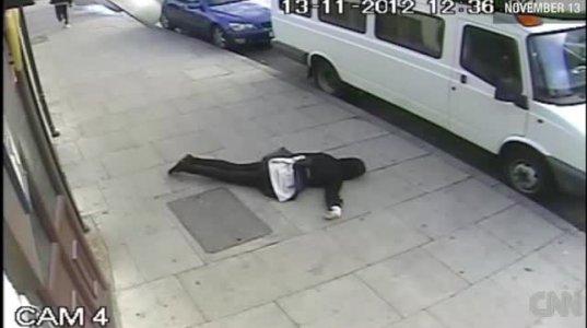 ამ არაკაცის მოსაძებნად პოლიციამ ეს ვიდეო სახალხოდ გამოაქვეყნა.(ლონდონი.)