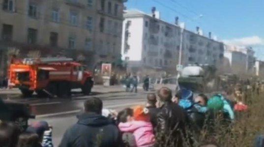 აღლუმზე რუსულ საზენიტო-სარაკეტო კომპლექსს ცეცხლი გაუჩნდა და ასე ჩააქრეს
