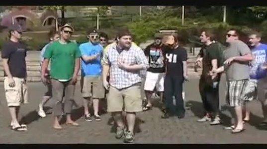 ბიჭები ცეკვავენ და მღერიან ძალიან სასაცილოდ, ნახეთ