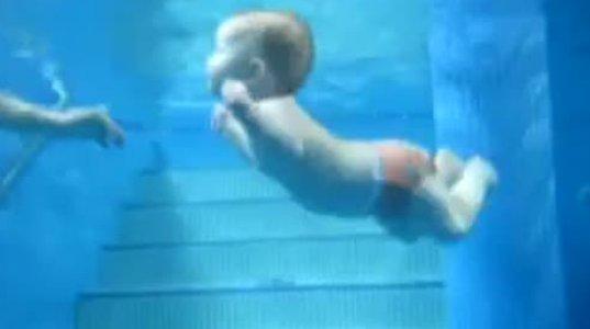თოთო ბავშვი წყალში დაცურავს