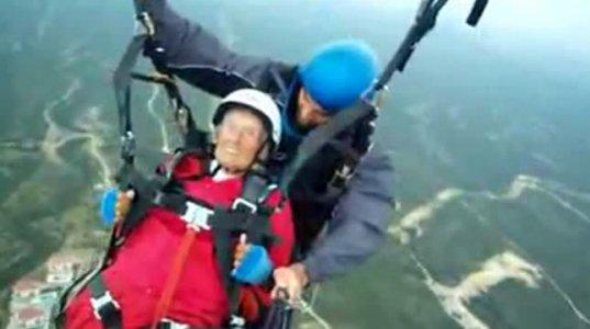 104 წლის ქალი პარაშუტით გადმოხტა